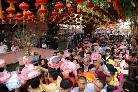 Ram thang Gieng, bien nguoi Sai Gon doi nang o chua Ngoc Hoang mong 'chuyen van' - Anh 1