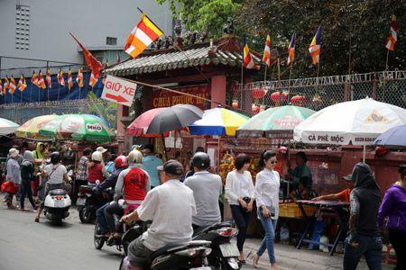 Ram thang Gieng, bien nguoi Sai Gon doi nang o chua Ngoc Hoang mong 'chuyen van' - Anh 3