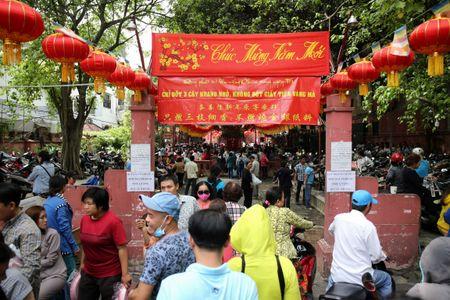 Ram thang Gieng, bien nguoi Sai Gon doi nang o chua Ngoc Hoang mong 'chuyen van' - Anh 4