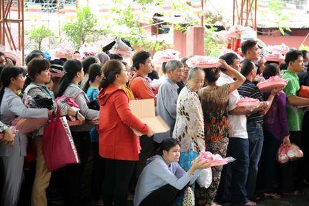 Ram thang Gieng, bien nguoi Sai Gon doi nang o chua Ngoc Hoang mong 'chuyen van' - Anh 6