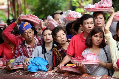 Ram thang Gieng, bien nguoi Sai Gon doi nang o chua Ngoc Hoang mong 'chuyen van' - Anh 7