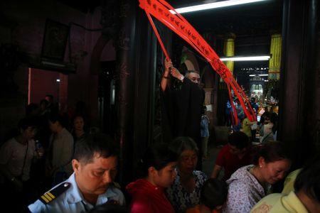 Ram thang Gieng, bien nguoi Sai Gon doi nang o chua Ngoc Hoang mong 'chuyen van' - Anh 8