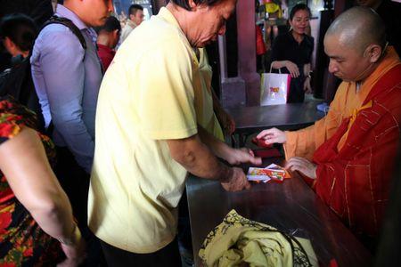 Ram thang Gieng, bien nguoi Sai Gon doi nang o chua Ngoc Hoang mong 'chuyen van' - Anh 9