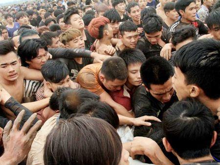 Hang tram nguoi giam dap nhau de cuop phet Hien Quan - Anh 1