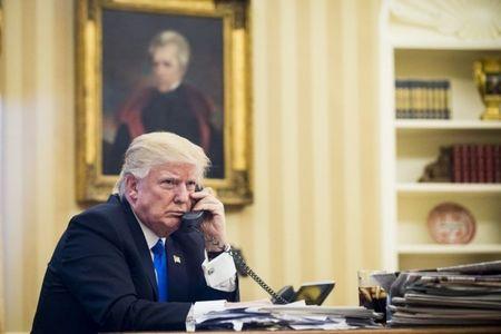 Bi duoi viec vi tiet lo Trump dung dien thoai cu - Anh 1