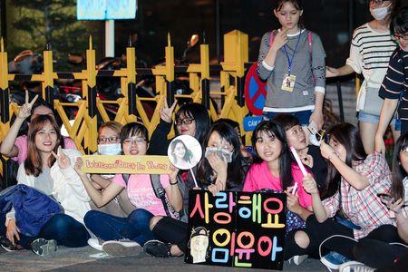 Yoona cua SNSD den TP.HCM luc nua dem, fan Viet ngay ngat - Anh 6