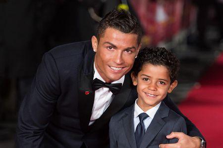 Cristiano Ronaldo deo mat na kinh di dua con di hoc - Anh 7