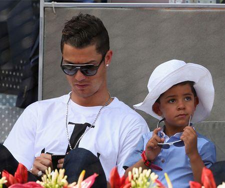 Cristiano Ronaldo deo mat na kinh di dua con di hoc - Anh 8