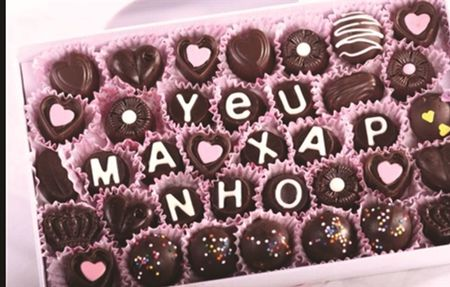 Chocolate in hinh chan dung duoc nhieu khach dat mua ngay Valentine - Anh 1