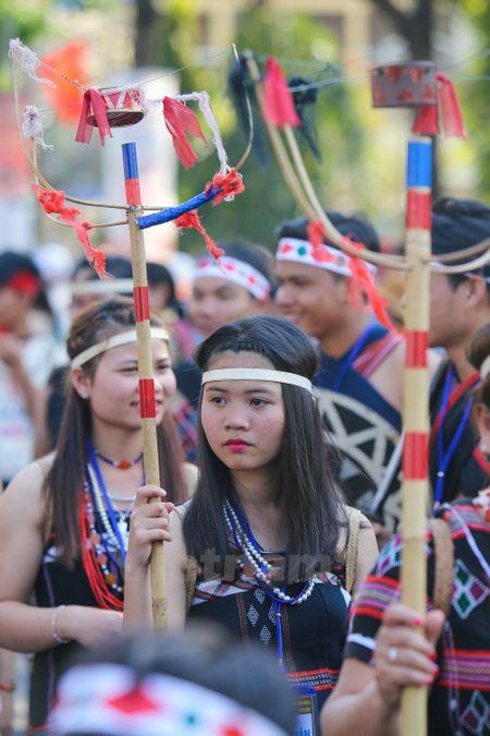 Nhung 'bong hoa Tay Nguyen' khoe sac trong le hoi duong pho - Anh 10