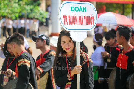 Nhung 'bong hoa Tay Nguyen' khoe sac trong le hoi duong pho - Anh 11