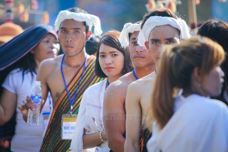 Nhung 'bong hoa Tay Nguyen' khoe sac trong le hoi duong pho - Anh 12