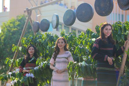 Nhung 'bong hoa Tay Nguyen' khoe sac trong le hoi duong pho - Anh 1