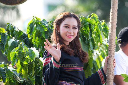 Nhung 'bong hoa Tay Nguyen' khoe sac trong le hoi duong pho - Anh 2