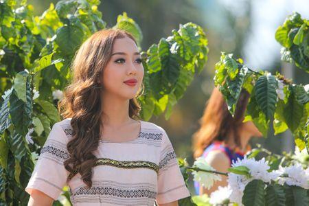 Nhung 'bong hoa Tay Nguyen' khoe sac trong le hoi duong pho - Anh 3