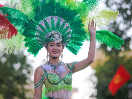 Nhung 'bong hoa Tay Nguyen' khoe sac trong le hoi duong pho - Anh 4