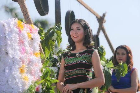 Nhung 'bong hoa Tay Nguyen' khoe sac trong le hoi duong pho - Anh 7