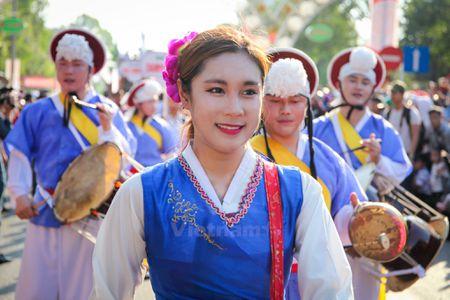 Nhung 'bong hoa Tay Nguyen' khoe sac trong le hoi duong pho - Anh 9
