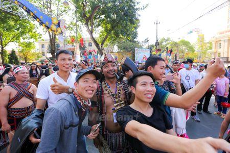 Dan voi Tay Nguyen tham gia dieu hanh le hoi duong pho Buon Ma Thuot - Anh 10