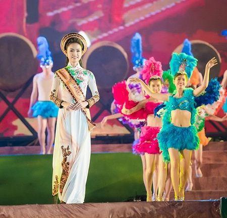 A hau Huyen My mac mong manh, gay 'nao loan' duong pho - Anh 10