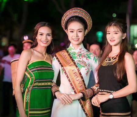 A hau Huyen My mac mong manh, gay 'nao loan' duong pho - Anh 11