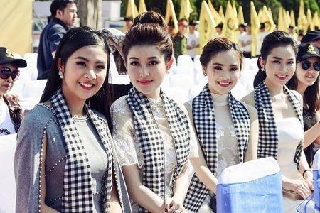 A hau Huyen My mac mong manh, gay 'nao loan' duong pho - Anh 1