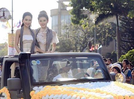 A hau Huyen My mac mong manh, gay 'nao loan' duong pho - Anh 2