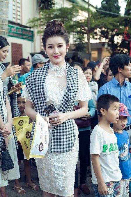A hau Huyen My mac mong manh, gay 'nao loan' duong pho - Anh 3