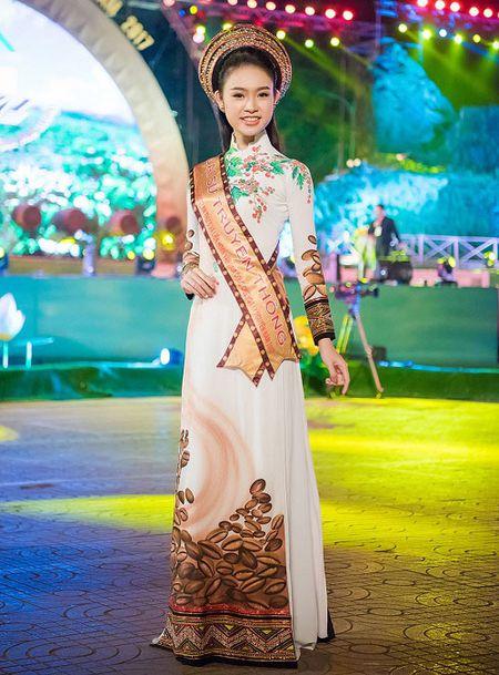 A hau Huyen My mac mong manh, gay 'nao loan' duong pho - Anh 9