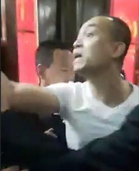 Tranh nhau le Thanh, hai gia dinh xay ra xo xat noi cua den Tranh - Anh 3