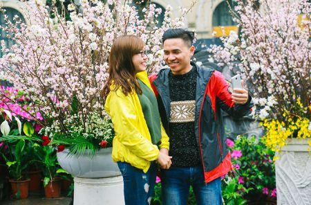 Nguoi dan doi mua di xem Le hoi hoa anh dao Nhat Ban - Anh 9