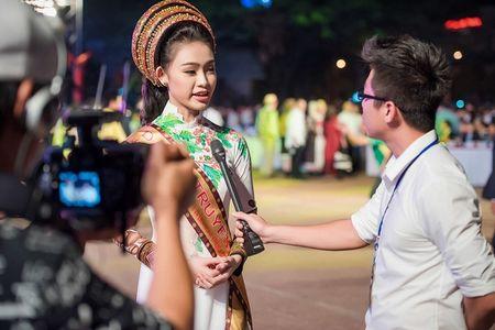 'Co gai vang' cua Hoa hau Viet Nam 2016 xuat hien dac biet tai le hoi cafe - Anh 2