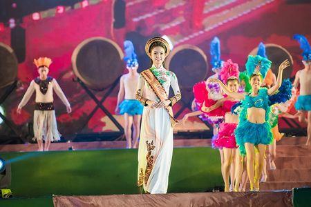 'Co gai vang' cua Hoa hau Viet Nam 2016 xuat hien dac biet tai le hoi cafe - Anh 4