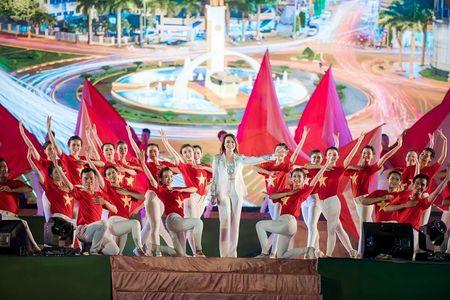 'Co gai vang' cua Hoa hau Viet Nam 2016 xuat hien dac biet tai le hoi cafe - Anh 5