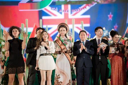 'Co gai vang' cua Hoa hau Viet Nam 2016 xuat hien dac biet tai le hoi cafe - Anh 6