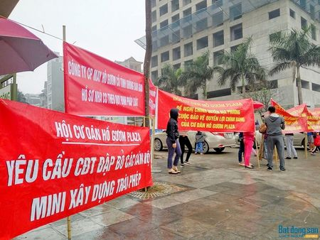 Cu dan chung cu Ho Guom Plaza doi mua bieu tinh phan doi chu dau tu - Anh 2