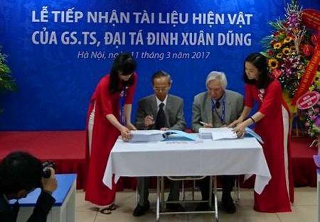 GS.TS Dai ta Dinh Xuan Dung trao tang suu tap tai lieu ca nhan - Anh 1