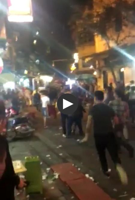 Ha Noi: Nhau say, khach Tay quay pha o pho co - Anh 1