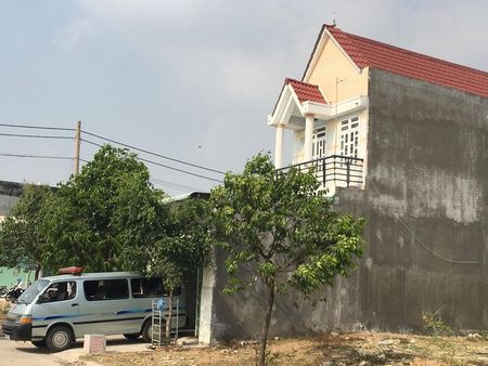 Binh Duong: Be trai 10 tuoi hoang loan keu cuu khi thay bo treo co, me chet trong phong ngu - Anh 1