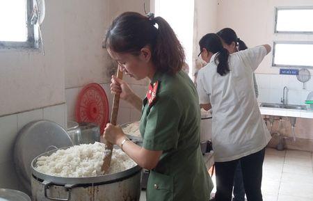 Xuc dong Chuong trinh 'Bua com tu thien' cua tuoi tre Cong an Phu Yen - Anh 3