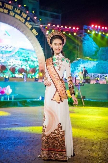 Can canh bo ao dai doc dao cua Dai su Le hoi Cafe Buon Ma Thuot 2017 - Anh 1