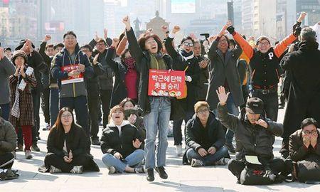 Nguoi Han Quoc khoc cuoi khi Tong thong Park bi phe truat - Anh 1