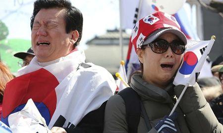 Nguoi Han Quoc khoc cuoi khi Tong thong Park bi phe truat - Anh 2