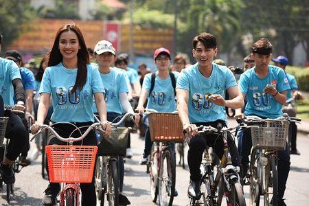 Isaac doi nang, toat mo hoi dap xe cung Ai Phuong - Anh 1