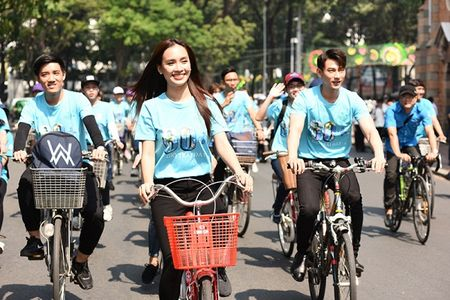 Isaac doi nang, toat mo hoi dap xe cung Ai Phuong - Anh 2
