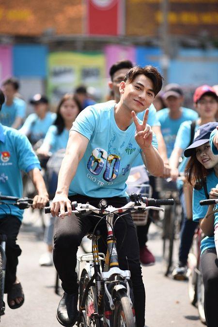 Isaac doi nang, toat mo hoi dap xe cung Ai Phuong - Anh 4