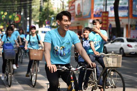 Isaac doi nang, toat mo hoi dap xe cung Ai Phuong - Anh 6