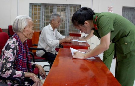 Cong an den nha lam can cuoc cho ba con o Can Gio - Anh 2