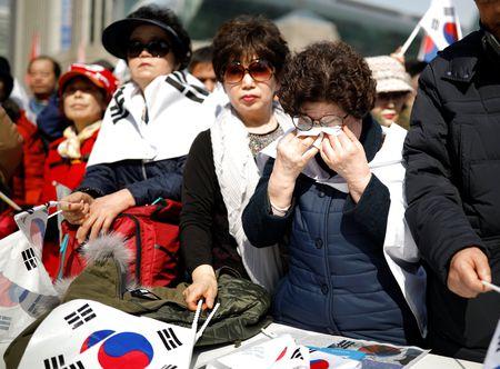 Nguoi ung ho Park Geun Hye bam tru duong pho de bieu tinh - Anh 10