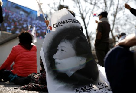 Nguoi ung ho Park Geun Hye bam tru duong pho de bieu tinh - Anh 11